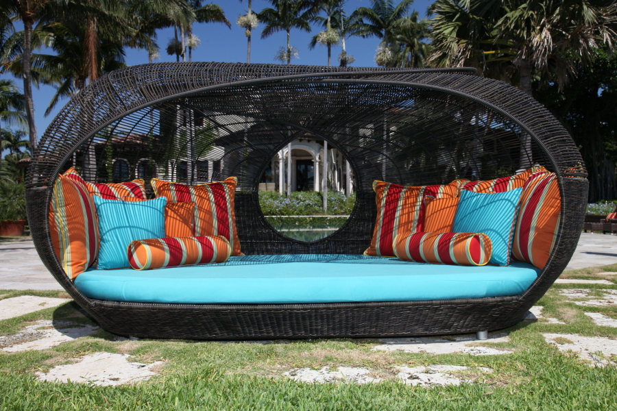 Catch a mid day nap on these outdoor patio daybeds for Outdoor pool bed